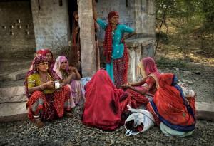 Bishnoi_women_waiting_for_bus_jaisalmer_india_rajasthan (2)-X2