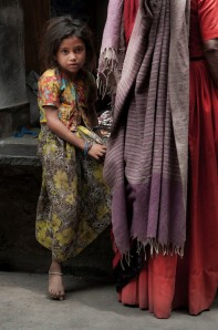 girl_with_mother_in_market_india-X2